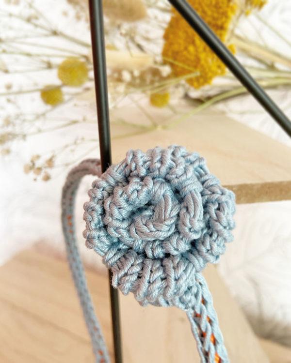 Serre-tête une rose tricoté en coton zoom bleu -Mignonnery