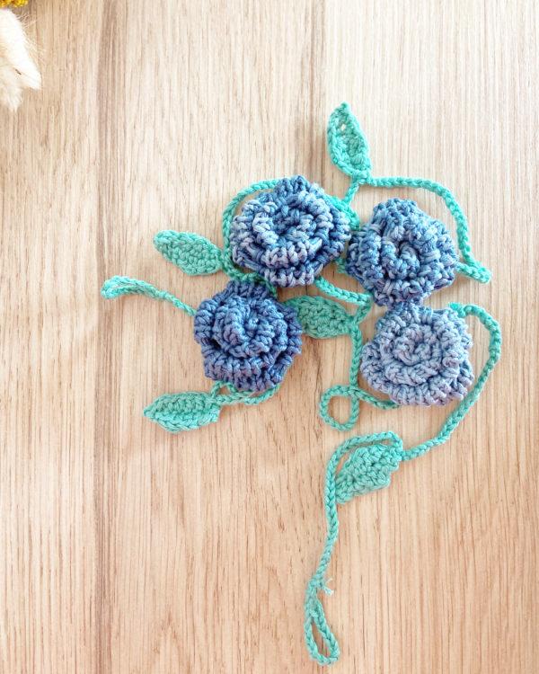 Guirlande fleur de roses dégradé bleu tricotée main en coton-Mignonnery