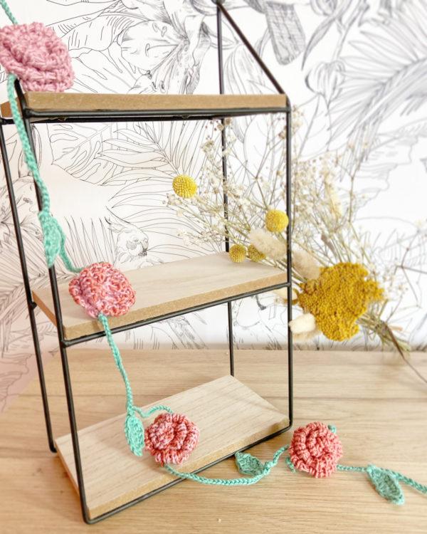 Guirlande cascade de roses sur étagère dégradé bleu tricotée main en coton-Mignonnery