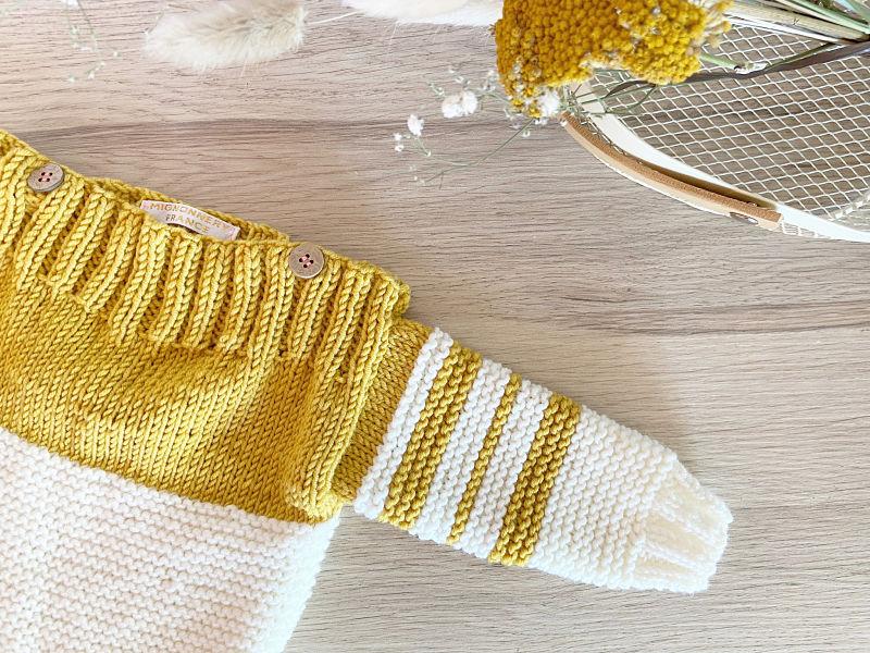 Pull Duo -détail Col bateau à rayures jaune moutarde et crème tricoté à la main en laine mérinos-Boutons coco-France-Mignonnery